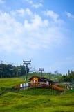 Skilift. Stoeltjeslift in de zomer. Stock Afbeelding