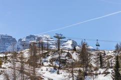 Skilift tussen pijnboombomen op de Dolomietbergen dichtbij Trento in Italië Stock Fotografie