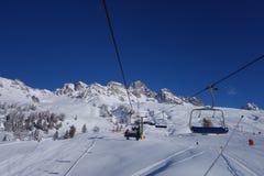 Skilift von Dolomti-Alpen-Italien-Skigebiet Stockbilder
