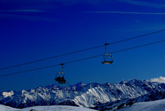 Skilifte in den Alpenbergen Stockfotos