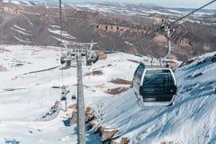 Skilifte durings heller Wintertag lizenzfreie stockfotografie