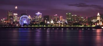 Skiline di Montreal e st Lawrence River alla notte Immagine Stock