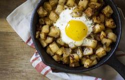 Skillet литого железа яичек и дом жарят картошки Стоковая Фотография RF
