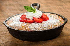Skillet baked yellow cake with berries Stock Photography