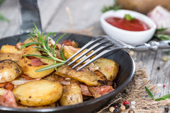 Skillet with fresh roasted Potatoes Stock Photos