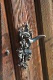 Skillfully gjort gammalt dörrhandtag Fotografering för Bildbyråer