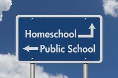 Skillnad mellan att gå till HomeSchool eller kommunala skolan arkivfoto