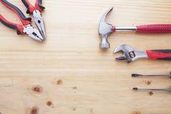 Skillnadinstrument på en wood tabell arkivfoto
