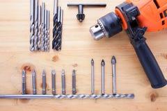 Skillnadsort av countersinks och en drillborr på den wood tabellen arkivfoto