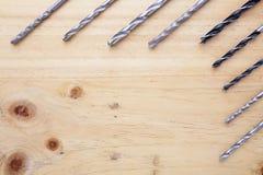 Skillnadsort av countersinks på en wood tabell royaltyfria foton