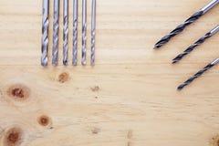 Skillnadsort av countersinks på en wood tabell arkivfoto