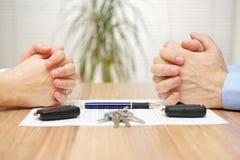 Skilsmässaöverenskommelse Frun och maken kan inte göra bosättningen Arkivfoton