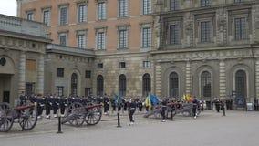 Skilsmässa av vakten på Royal Palace i centrala Stockholm arkivfilmer
