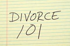 Skilsmässa 101 på ett gult lagligt block Arkivbilder