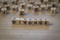 Skilsmässa som är skriftlig i träkuber Arkivbilder