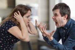 Skilsmässabegrepp Unga ilskna par som argumenterar och ropar fotografering för bildbyråer