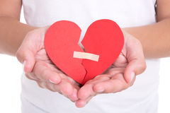 Skilsmässabegreppet - man hållande bruten hjärta med murbruk Arkivfoto