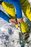 Skimänner stellten einen Angriff für Skibergsteigen ein Lizenzfreies Stockbild