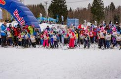 Skimarathonkind-` s Nikolov Perevoz Russialoppet Rennen 2017 Stockfotos