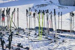 Skimateriaal op de sneeuw wordt geplaatst die Royalty-vrije Stock Foto