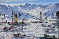 Skimateriaal op de sneeuw wordt geplaatst die Stock Afbeeldingen
