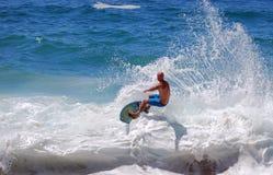 Skimboarder à la plage d'Aliso, Laguna Beach, CA Photos libres de droits
