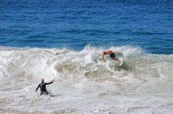 Skimboarder étant photographié à la plage d'Aliso, retard Photographie stock libre de droits
