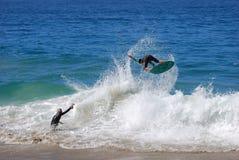 Skimboarder die bij Aliso-Strand, Vertraging worden gefotografeerd Stock Foto's