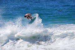 Skimboarder en la playa de Aliso, Laguna Beach, CA Imagenes de archivo