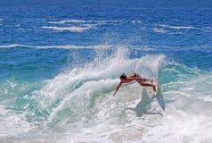Skimboarder en la playa de Aliso, Laguna Beach, CA Imagen de archivo