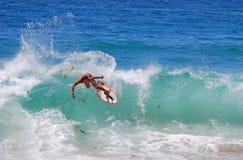 Skimboarder en la playa de Aliso, Laguna Beach, CA Foto de archivo libre de regalías