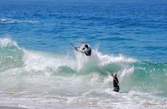 Skimboarder que está sendo fotografado na praia de Aliso, retardação Fotos de Stock Royalty Free