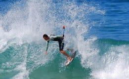 Skimboarder que fotografa-se na praia de Aliso, Laguna Beach, CA imagens de stock