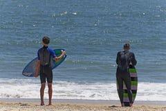 Skimboarders等待的波浪 库存照片