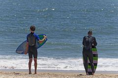Skimboarders Wave aspettante Fotografia Stock