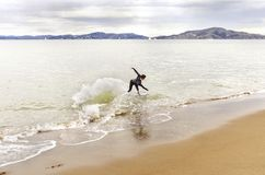 Skimboarding在旧金山湾,加利福尼亚 免版税库存照片