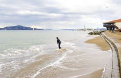 Skimboarding в San Francisco Bay, Калифорнии Стоковая Фотография RF