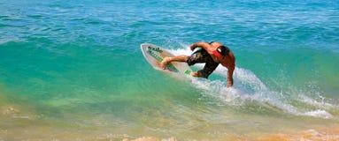 Skimboarding en la playa grande Imagenes de archivo