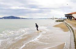 Skimboarding en San Francisco Bay, la Californie Photographie stock libre de droits