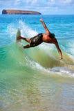 Skimboarding am großen Strand Lizenzfreie Stockfotografie