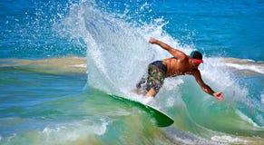 Skimboarding na praia grande Fotos de Stock