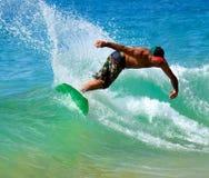 Skimboarding na praia grande Imagens de Stock