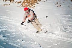 Skimitfahrer im roten Sturzhelm Stockfotos