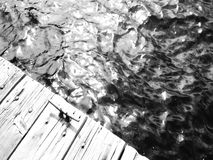 Skimra av vattnet av en skeppsdocka på Echo Lake i toppiga bergskedjorna arkivfilmer