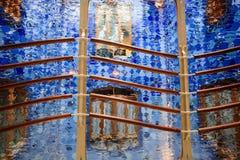 Skimrande exponeringsglas och räcke för abstrakt design blått Royaltyfria Foton