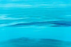 Skimrande havstidvatten Arkivbild