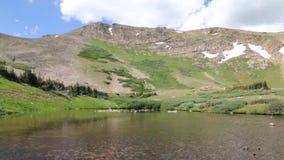 Skimrande vatten i berg en sjö lager videofilmer