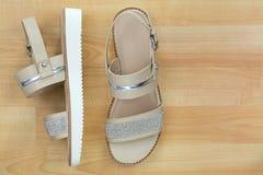 Skimrar den plana sandalen för klassikern i beiga med den härliga diamanten som Royaltyfria Bilder