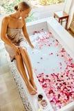 Skin Care Spa Behandeling Vrouw op badkuip Bloem Rose Bath Royalty-vrije Stock Afbeeldingen