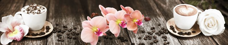 Skinali-Kaffee mit Blumen auf dem Hintergrund des Brettes stockbilder